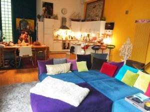 Starke Farben in alles Variationen in unserem Wohnzimmer